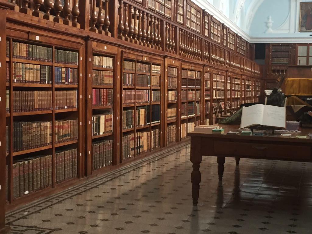 Biblioteca en el colegio San Juan Bautista de Madrid, diseño de Krealia Gestión