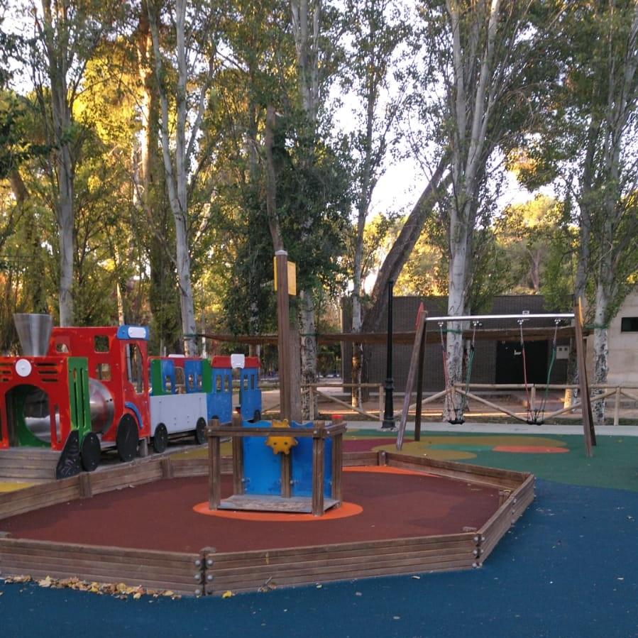Mobiliario de juegos en parque infantil de Herencia - Ciudad Real