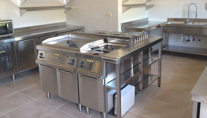 Cocina equipada en un albergue por Krealia Gestión